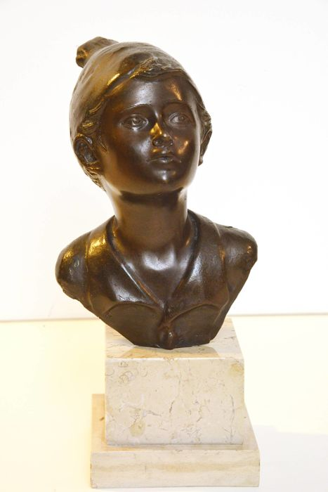 """Scugnizzo napoletano"" (Neapolitan streetwise child), bronze sculpture on a marble base, after Giovanni De Martino - Italy, mid 20th century"