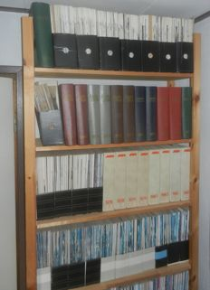 Set of Autovisie magazine volumes 1955-1990 partly bound and in original Autovisie storage folders
