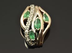 14 kt gold. Pendant. Emeralds totalling 0.40 ct. Diamonds totalling 0.09 ct.  Height: 19 mm No reserve price.