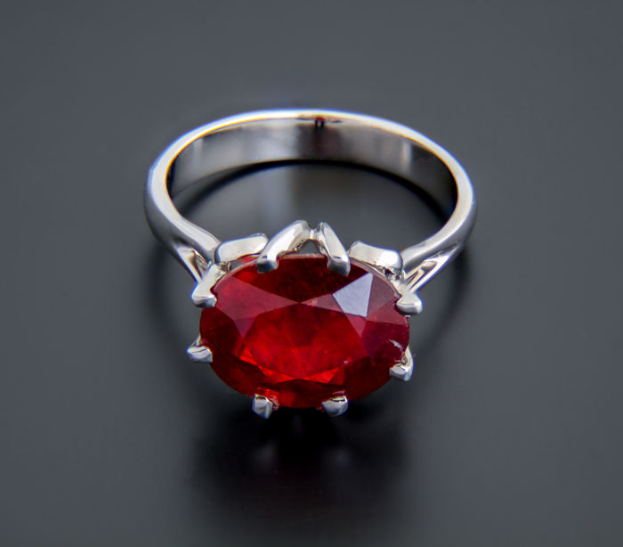 18k white gold and ruby ring 7.4 ct. ***No reserve***