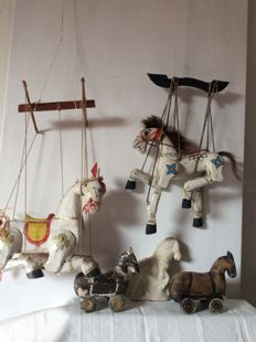 Five different horses, including puppets, carved wood and on wheels - folk art - 20th century