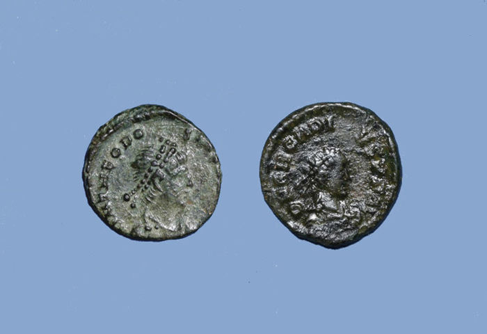 Lot 2 x AE4 of Theodosius I (379-395) and Arcadius (383-408)