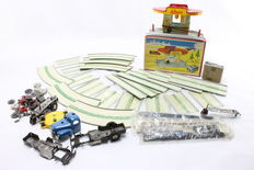 SCHUCO, Western Germany - Several dimensions -Lot with tin/plastic Varianto 3055 gas station, loose track parts and others parts / accessories,1950s/60s