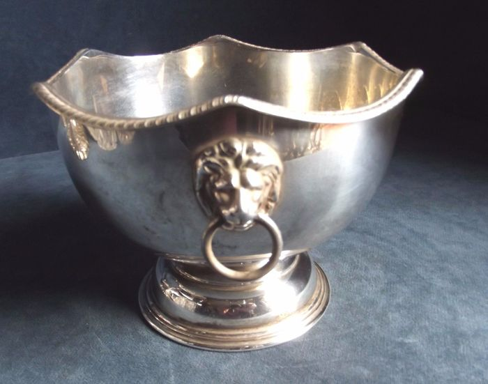 lot 800 Old English silver plated appetizer Bowl Georgian Style, handles with rings and Lions, England 1900s
