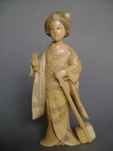 Ivory okimono - Geisha with shamisen - Signed 'Shinzan' - Japan - circa 1890