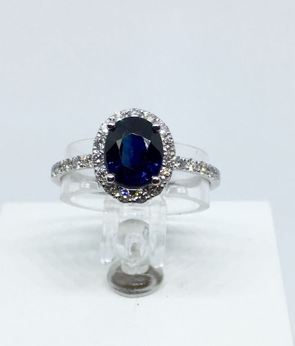 IGI certified 1.71 ct sapphire ring surrounded with 27 diamonds