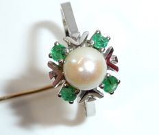 Ring in 14 kt / 585 white gold pearl ring with 4 emeralds and 1 Akoya salt water pearl RS 61 / 19.4 mm