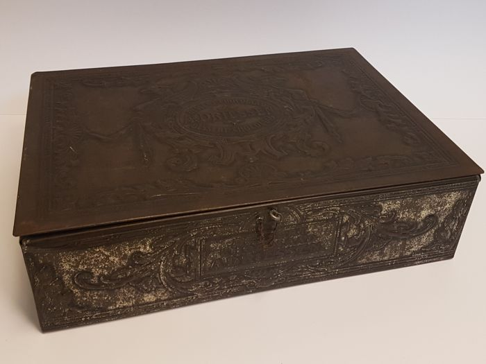 "Large rectangular tin with hinged lid, ""A. Driessen, Dessert-chocolaad"", silver-coloured"