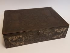 """Large rectangular tin with hinged lid, """"A. Driessen, Dessert-chocolaad"""", silver-coloured"""