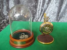 Franklin Mint John Wayne American Pocket Watch under dome with stand and chain - 24 K gold plated and silver-plated - Rare