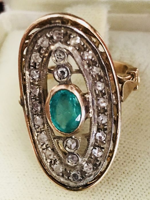 Ring in 14 kt gold with oval emerald and 0.32 ct diamonds - size 17