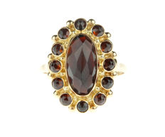 Sizeable 14 kt gold entourage ring set with 13 garnets