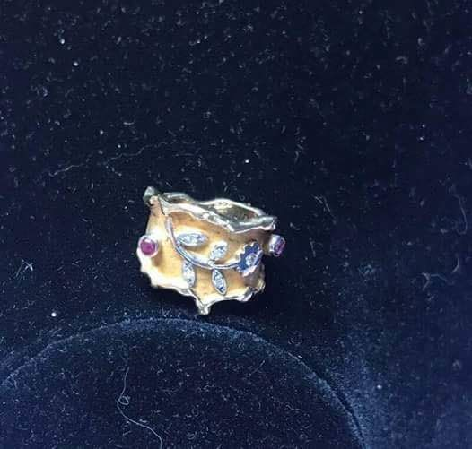 Flower ring in .750 yellow gold and .550 white gold, with diamonds