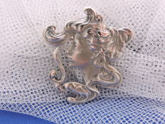 Silver Jugendstil / Art Nouveau brooch / pendant with an in profile portrait of a woman, the brothers Loorbach, 1928, Schoonhoven