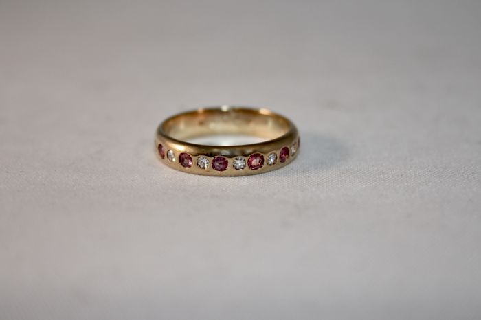 Golden ring band (18 kt) with alternating diamonds (7 for 0.12 ct) and rubies (6 for 0.24 ct) - Size 125 (52.5) - Free resizing