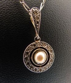Necklace and pendant in 18 kt white gold with 0.18 kt of diamonds, 1930