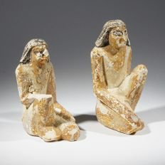 Two limestone crouching figure servants with well preserved paint - c. 6,8 cm. (2x)