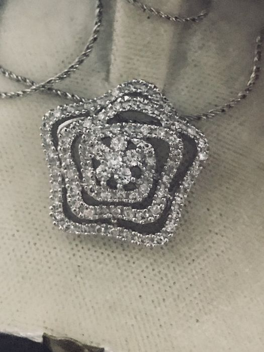 18 kt gold necklace with pendant set with diamonds totalling 1.03 ct