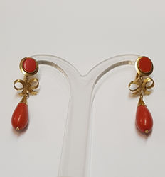 Mediterranean tear shape coral dangle earrings and gold bow, measuring 4 cm in length and 4.8 grams