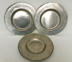 3 pewter plates with coat of arms - England - 19th century