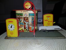 Hoch & Beckmann, Western Germany - Length 29 cm - Tin Shell petrol station with lift, 50/60er Jahre