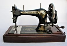 Singer 28K Hand sewing machine, including curved protective cover with fastener, 1905