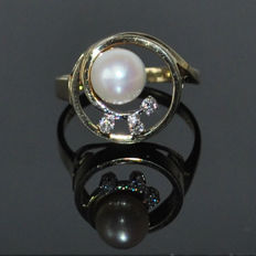 Ring made of 14 kt yellow gold with 7 mm Akoya pearl and diamonds, like new, ring size 56 approx. 17.90 mm