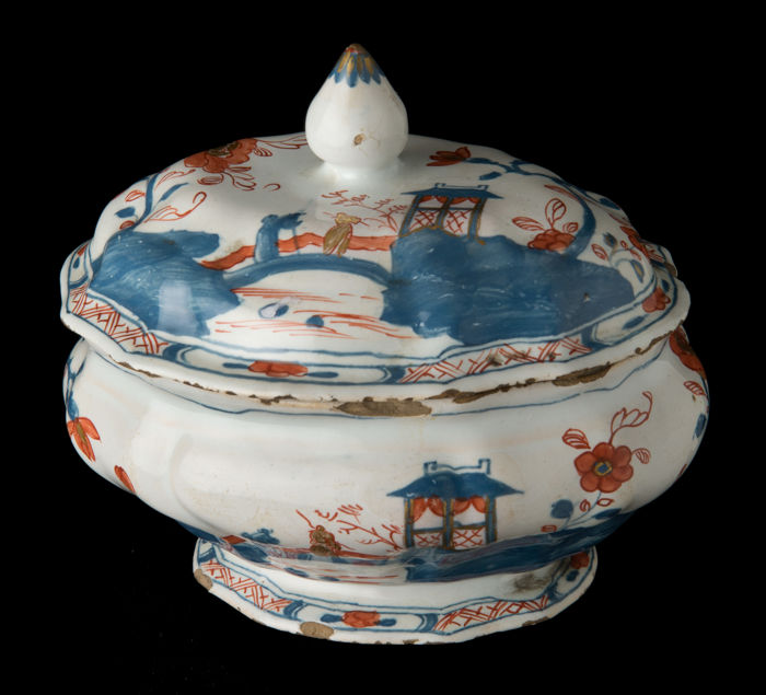 Delft, multicoloured chinoiserie box with gold