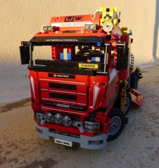 Technics - 8258 - Crane Truck - With motor functions