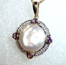 Pendant made of 9 kt / 375 gold of round shape with freshwater pearl + 4 amethysts + 4 diamonds