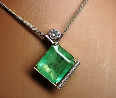 14 kt Gold Necklace with Natural Emerald 10.15 ct. IGI Certificate and Diamonds of 0.50 ct - length 42 cm