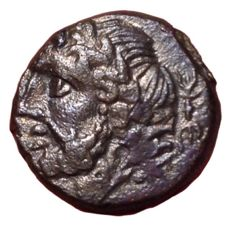 The Greek Antiquity - Northern Apulia, Arpi c. 325-275 BC - Æ (Bronze, 13,5mm, 3,55g.) - Head of Zeus / Forepart of boar - Rutter HNItaly 643 - Scarce
