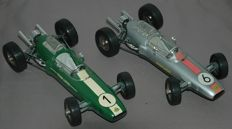 Schuco, Western Germany - Length 24 cm - Lot with 2 x tin/plastic wind-up Lotus F1 No.1071, 1960s