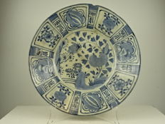 Large Arita crackle glaze charger - Japan - Late 17th century