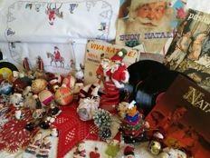 Large Christmas-themed lot with rare items from the 1960s/70s - Vinyl records, Befanas, hand-embroidered doilies, various decorations - Italy (+75)
