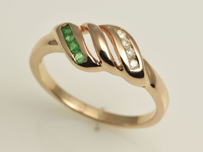14 kt gold. Ring.  Emerald of 0.06 ct in total and diamond totalling 0.05 ct. No reserve price.