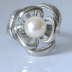 White gold ring with Japanese salt water pearl 6.6 mm new condition