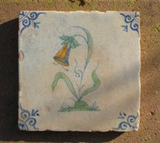 Antique tile in Wan-li depicting a polychrome pandorea jasminoides flower (Rare)