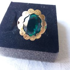 14 kt Gold ring with unknown green stone, ring size: 17