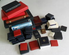 Accessories - batch of various coin cases (sixty cases) - empty