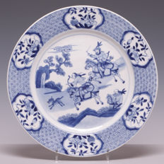 Beautiful blue and white porcelain dish, decoration of a hunting scene - China - 18th century (marked: shell)