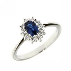White gold cocktail ring with 0.82 ct sapphire and diamonds totalling 0.80 ct (F/VVS)
