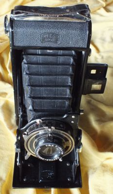 An old Camera ZEISS IKON Nettar 515/2  from 1938