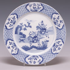Beautiful blue and white porcelain dish, decoration of a hunting scene - China - 18th century (marked: shell).