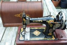 Very decorative Singer 128K hand sewing machine with wooden cover and lock, 1920