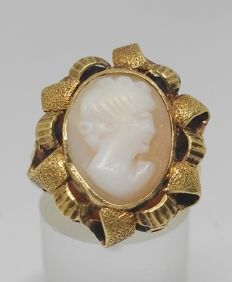 Cocktail ring in 18 kt yellow gold with cameo