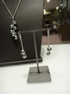 Damiani - one white gold set with diamonds and grey pearls consisting of necklace and earrings signed Damiani - length: 26.5 and 5.5 cm