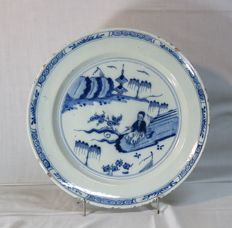 Delft Charger with a blue and white decoration depicting a man in a garden (Diameter 35cm)