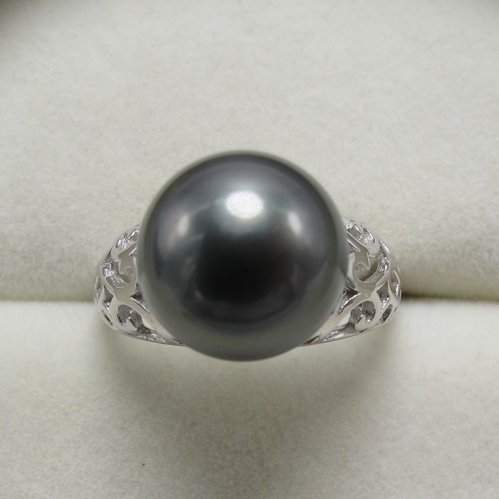 Tahiti Black Pearl ring. Pearl diameter: 11.8 mm
