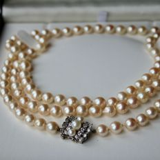 Very long and heavy pearl necklace 75.1 gr. with genuine Orient sea / salty pearls silver-rosé reflections and big beautiful buckle with brilliant-cut diamonds G / VVS1 in total approx. 0.56Ct. High Quality.
